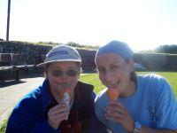 Leighanne und KJ essen Eis